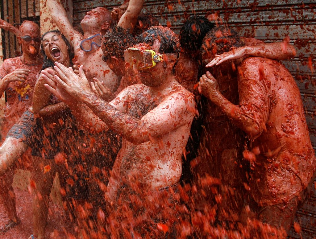"""Image: Revellers fight with tomato pulp during the annual """"Tomatina"""" (tomato fight) in Bunol, near Valencia"""